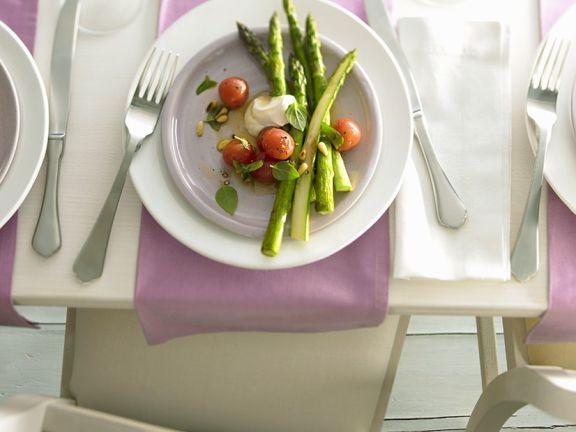 Grüner Spargel mit Tomaten
