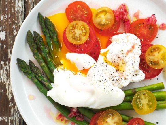 Grüner Spargel mit Tomatensalat und pochierten Eiern