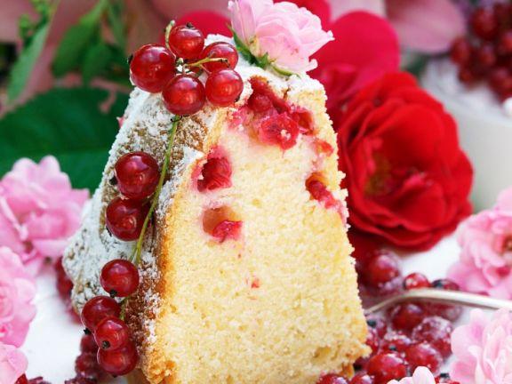 Gugelhupf mit Johannisbeeren und Rosenblüten