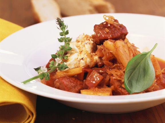 Gulasch mit Sauerkraut und mediterranen Kräutern (Szegediner)