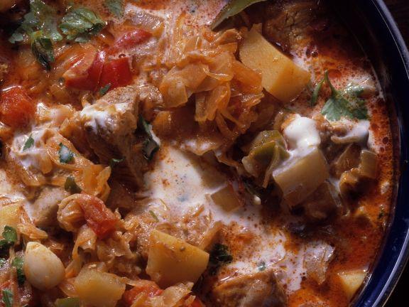 Gulasch mit Sauerkraut und Paprika (Szegediner)
