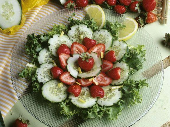 Gurken-Friséesalat mit Erdbeeren