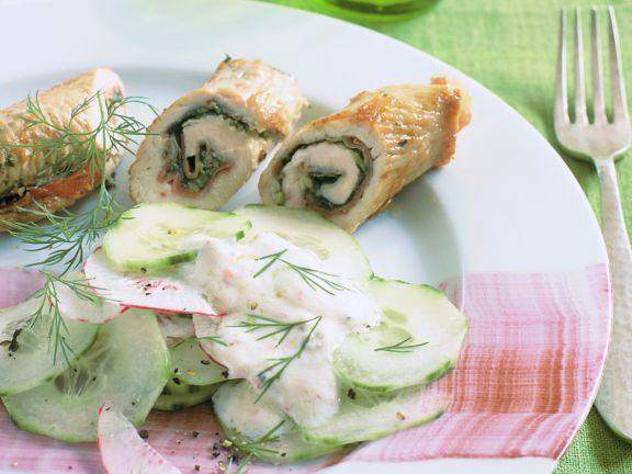 Gurken-Rettich-Salat mit Putenröllchen