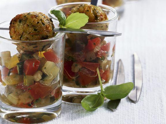 Gurken-Tomatensalat mit Hackklößchen