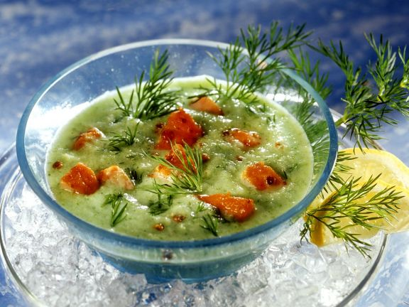 Gurkenkaltschale mit Lachswürfeln