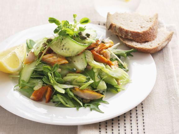 Gurkensalat mit Kaiserschoten und Räucherfisch