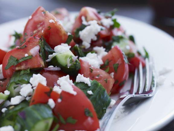 Gurkensalat mit Tomaten und Ziegenfrischkäse