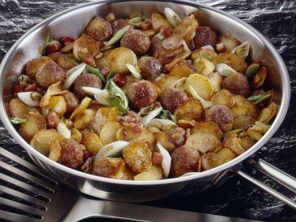 Hackbällchenpfanne mit Kartoffeln, Speck und Lauchzwiebeln
