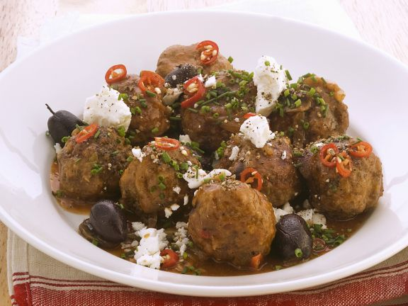 Hackfleischbällchen mit Oliven und Schafskäse