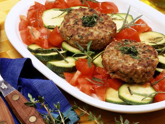 Hackfleischküchlein auf mediterranem Gemüse