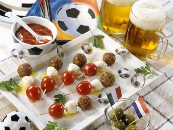 Hackfleischspieße mit Tomate und Mozzarella zum Fußballspiel