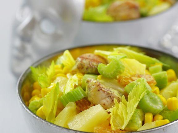 Hähnchen-Gemüse-Salat mit gelber Mayonnaise, Trauben und Ananas