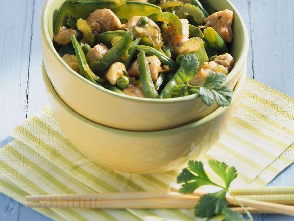 Hähnchen mit grünem Gemüse aus dem Wok