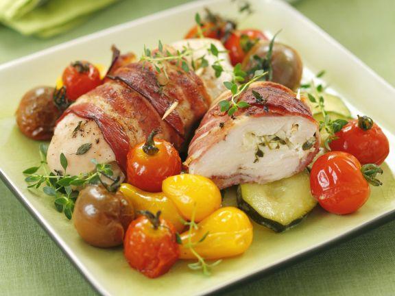 Hähnchen mit Speckhülle und Tomaten-Zucchini-Gemüse