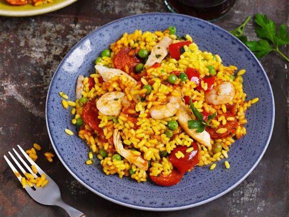 Hähnchen-Paella mit Garnelen und Chorizo