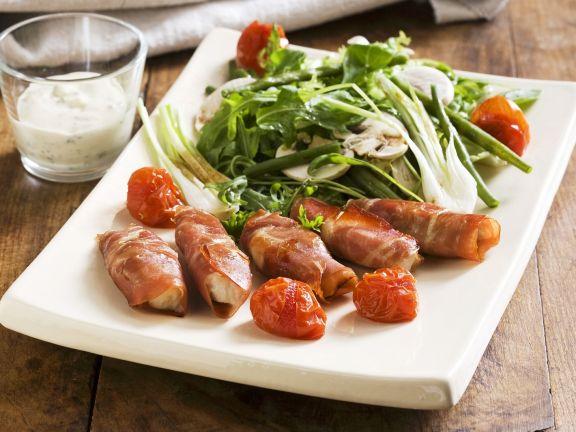 Hähnchen-Schinken-Wickel mit Blattsalat