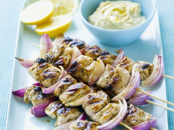Hähnchen-Zwiebel-Spieße mit Zitronen-Dip
