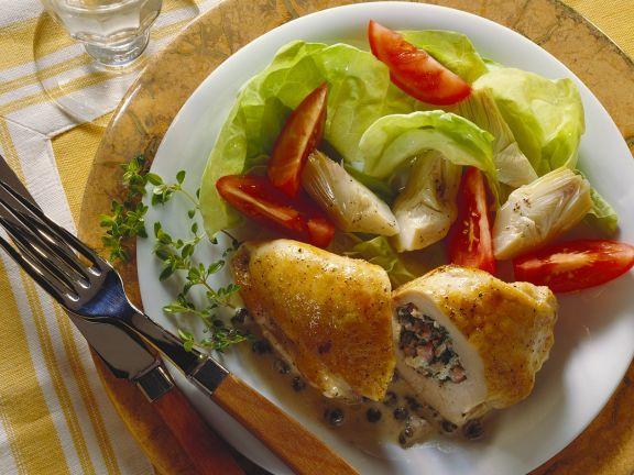 Hähnchenbrust mit Speck-Kräuterfüllung und Salat