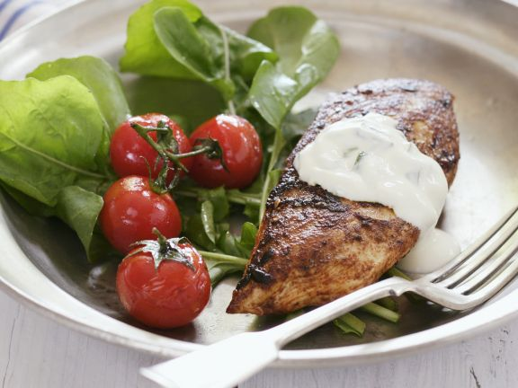 h hnchenbrust vom grill mit salat und joghurt gurken dip rezept eat smarter. Black Bedroom Furniture Sets. Home Design Ideas
