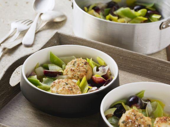 Hähnchenbuletten auf Trauben-Porree-Gemüse