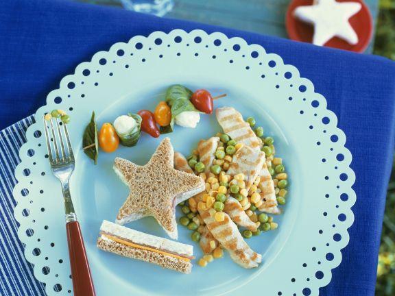 Hähnchenfilet mit Gemüse dazu Sandwich und Tomaten-Spießchen