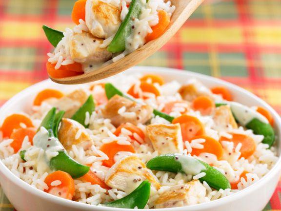 Reis-Bowl mit Geflügel, Möhren und Zuckerschote