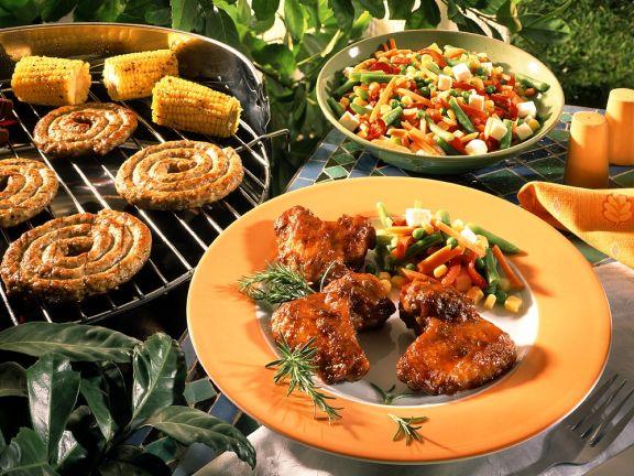 Hähnchenflügel, Wurst und Mais vom Grill