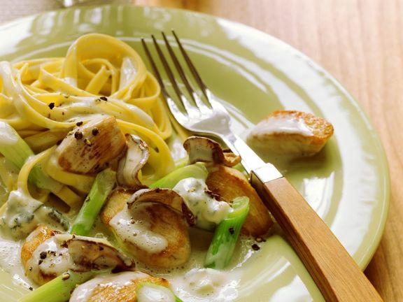 Hähnchengeschnetzeltes in Gorgonzolacreme mit Nudeln