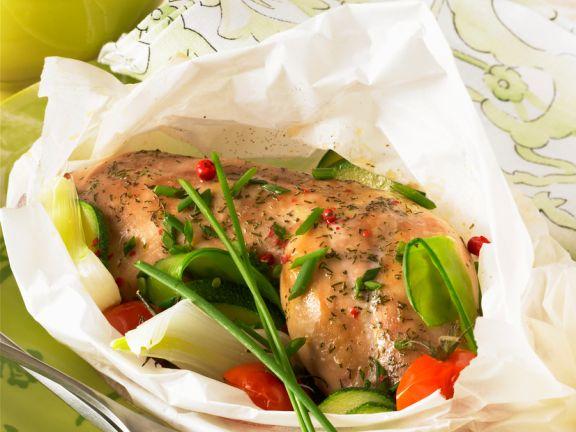 Hähnchenkeulen und Gemüse im Backpapier gegart