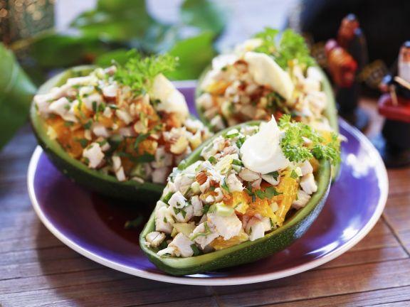 Hähnchensalat in der Avocado