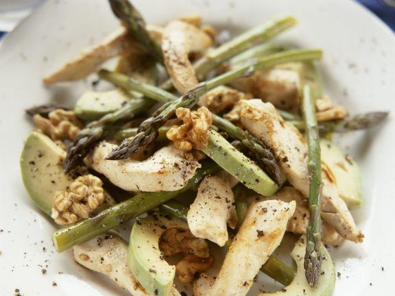 Hähnchensalat mit Avocado, grünem Spargel und Walnusskernen