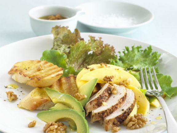 Hähnchensalat mit Avocado und Walnüssen dazu Knofi-Baguette