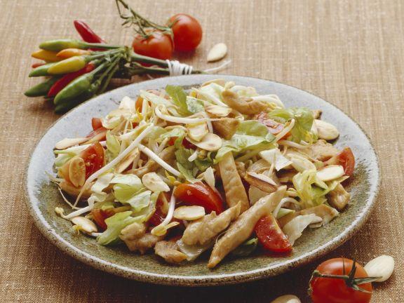 Hähnchensalat mit Tomaten, Mandeln und Sojakeimen