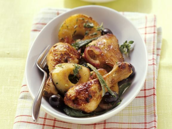 Hähnchenschlegel mit würzigen Apfelscheiben und Oliven