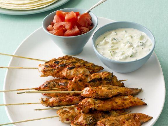 """Hähnchenspieße """"Tandoori"""" mit Joghurt und Tomaten"""