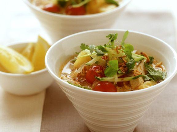 Hähnchensuppe mit Gemüse und Reisnudeln