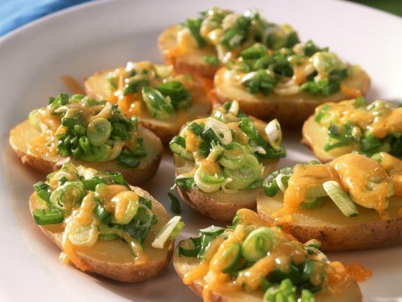Halbe Kartoffeln gebacken mit Käse und Lauchzwiebeln