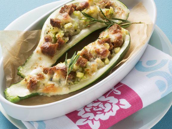 Halbe Zucchini mit Brot gefüllt