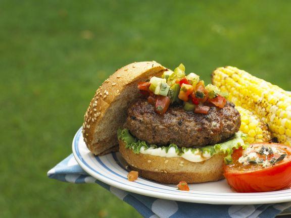 Hamburger mit Gemüse-Salsa und Maiskolben