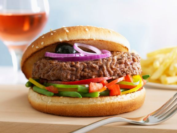 Hamburger mit grünen Bohnen und Paprika