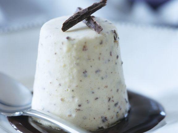 Haselnuss-Schokoladen-Eis mit Schokosoße