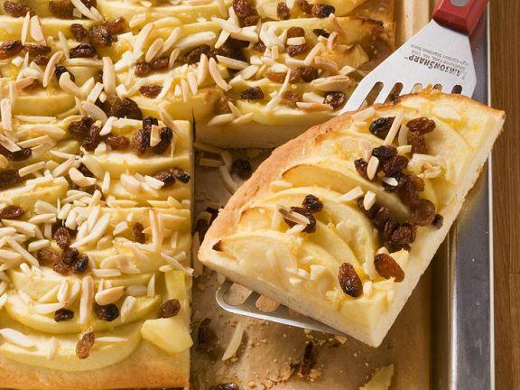 Hefe-Blechkuchen mit Apfel und Mandeln