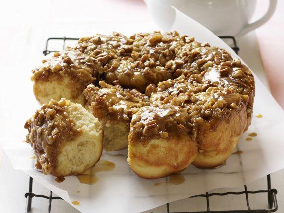 Hefebrötchen mit Honig und Nüssen