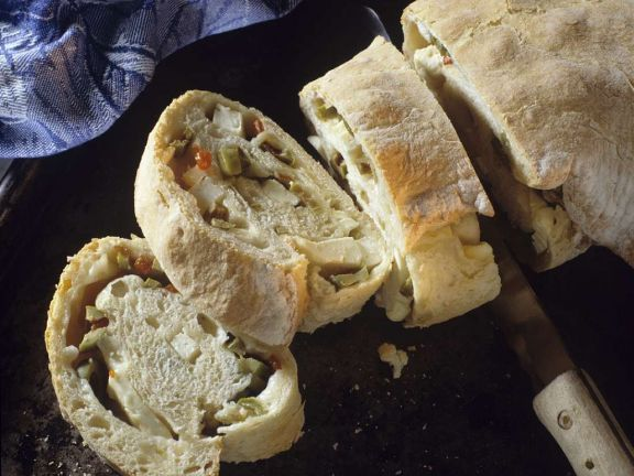Hefebrot mit Oliven-Käsefüllung