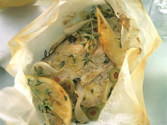 Heilbuttpäckchen mit Oliven und Thymian