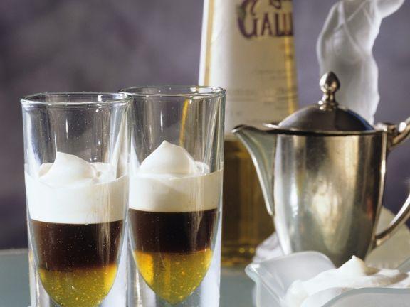 Heißer Espresso mit Sahne und Likör