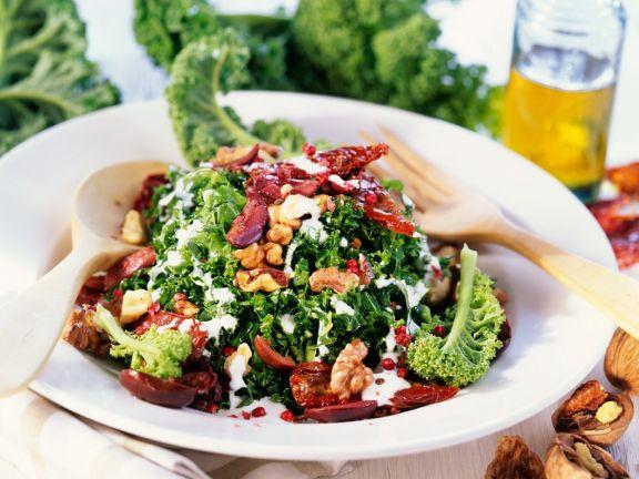 Herbstsalat mit Grünkohl, Nüssen und getrockneten Tomaten