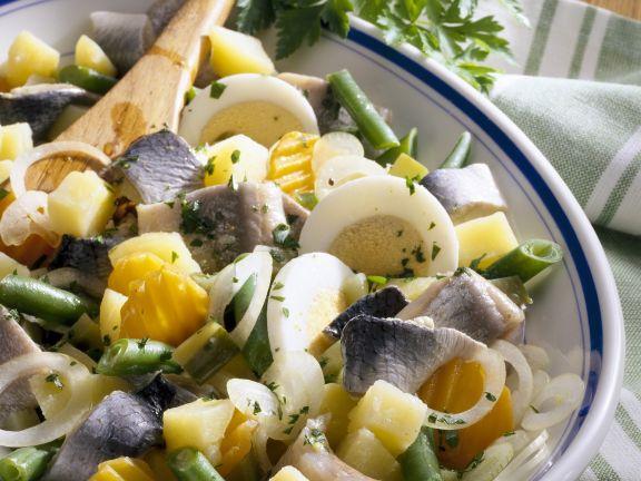Heringssalat mit Kartoffeln, Gemüse und Ei