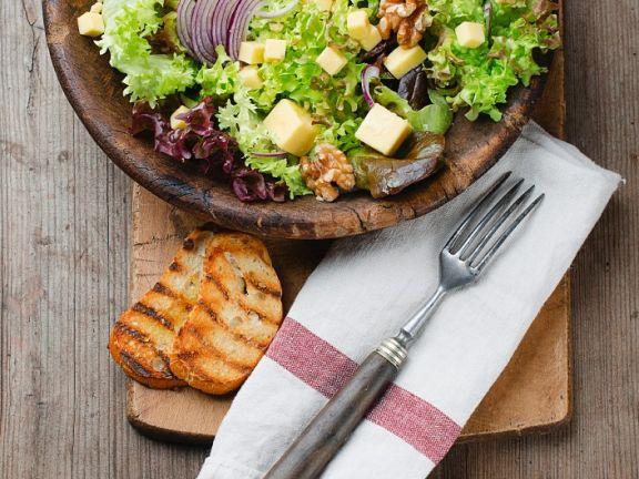Hersbtsalat mit Nüssen, Zwiebeln und Hartkäse