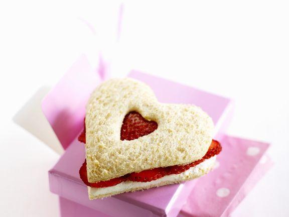 Herz-Sandwich mit Erdbeeren